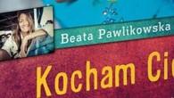 """Na małą wielobarwną książeczkę naznaczoną tytułem """"Kocham Cię"""" natrafiłam przypadkiem. Wewnątrz znajduje się zdjęcie autorki Beaty Pawlikowskiej, która znana jest z twórczości literackiej z serii Blondynka w różnych zakątkach świata."""