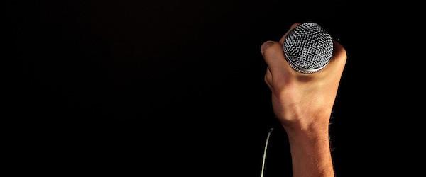 O ile podczas prób odbywających się przy słabym nagłośnieniu jakość wykorzystywanego mikrofonu nie jest specjalnie istotna, to sytuacja wygląda inaczej podczas koncertu lub sesji nagraniowej przeprowadzanej w profesjonalnych warunkach.