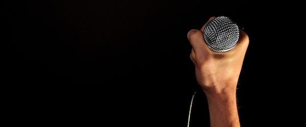 mikrofon-na-scene