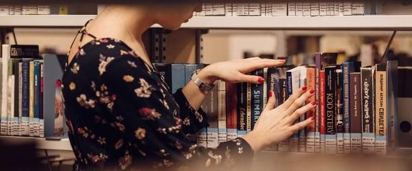Znalezienie prezentu dla osoby, która uwielbia czytać na pierwszy rzut oka wydaje się prostym zadaniem: zakup nowej książki!