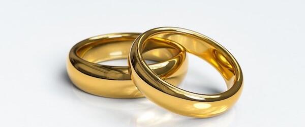 Zbliża się Twój ślub i chcesz wybrać obrączki? To nie jest łatwy wybór, dlatego warto wiedzieć, czym trzeba się kierować. Wśród ważnych aspektów jest rodzaj kruszcu, fason, a także rozmiar.